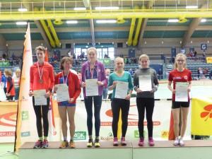 HLV-Hallenmeisterschaften U20/U16: Platz 5 über 2000m mit 7:22,38 Min.: Greta Hafeneger (LG Brechen), zweite von links